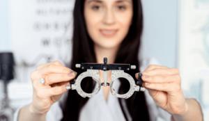 dottoressa con strumento per visita optometrica