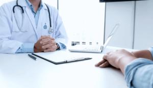 neurochirurgo parla con paziente