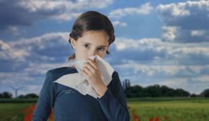 bambina allergica si soffia il naso