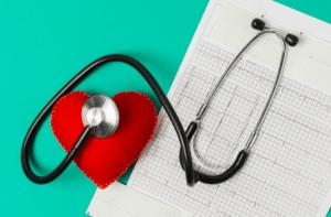 cuore con risultati elettrocardiogramma