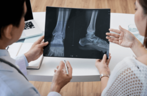 podologo e paziente valutano piede